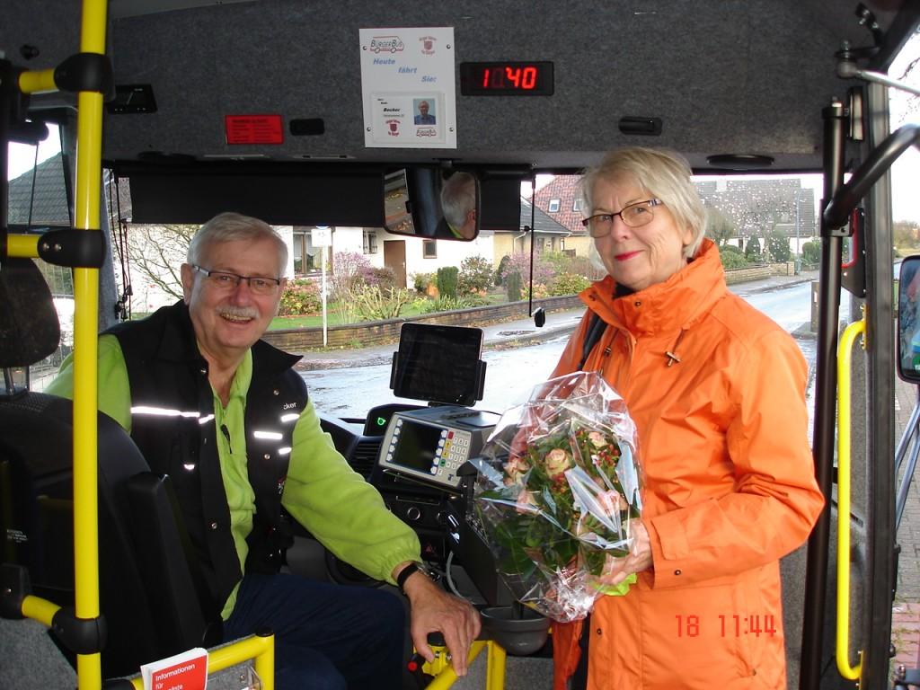 (B. Becker vom BürgerBus Oyten und der 1000 Fahrgast Frau N.Temp)